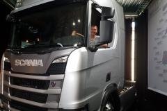 Die Fernfahrerin im fabrikneuen Scania