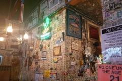 im Saloon, mit Bills im Wert von mehreren zehntausend Dollar geschmückt